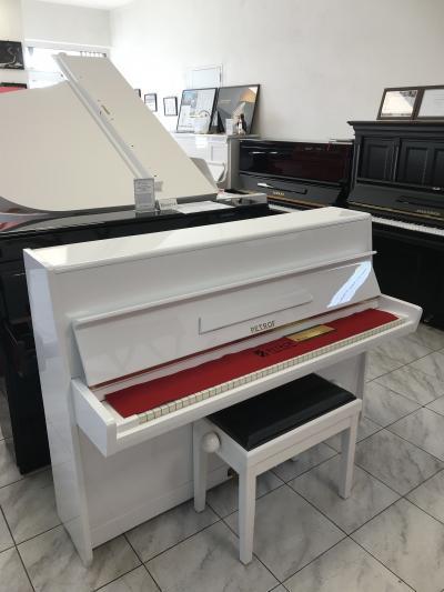 Bílé pianino Petrof se zárukou, doprava zdarma.