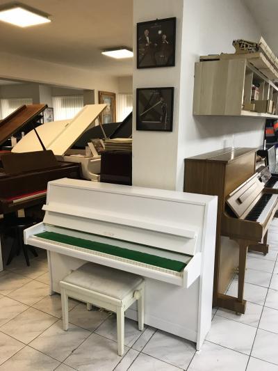 Bílé pianino Petrof opusové číslo 347851.