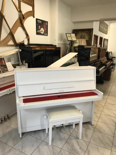 Bílé pianino Petrof v dobrém stavu, v ceně je nová klavírní židle.