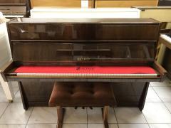 Menší pianino Petrof, 3 pedály, smoderátorem.
