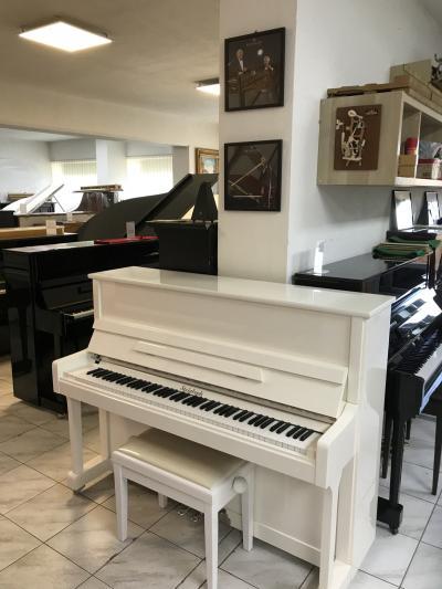 Bílé pianino Steinbach ve velmi dobrém stavu, záruka až 5 let