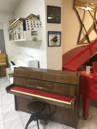 Menší pianino Petrof ve velmi dobrém stavu.