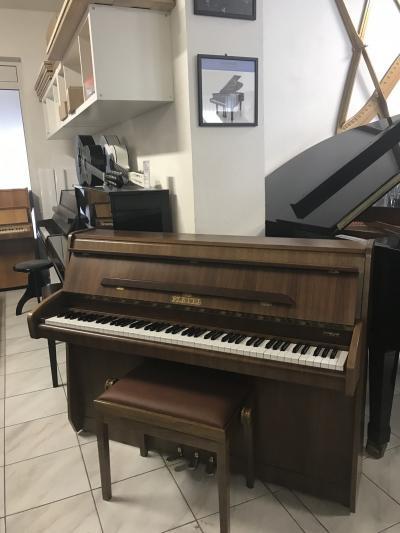 Francouzské pianino PLEYELsitalskou židlí.
