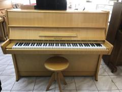 Pianino Petrof K 114 s židlí.