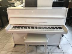Bílé pianino Weinbach model 110.