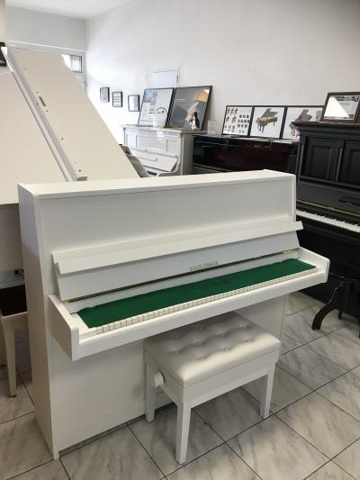 Bílé pianino August Förster se zárukou + dárek set Klasik kytara (4/4).