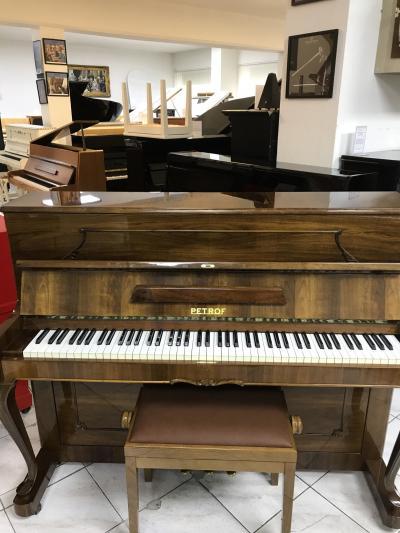 Pianino Petrof Rococo vevelmi dobrém stavu, poprvním majiteli.