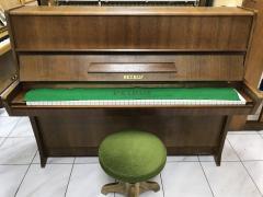 Pianino Petrof model Klasik 114 sezárukou.
