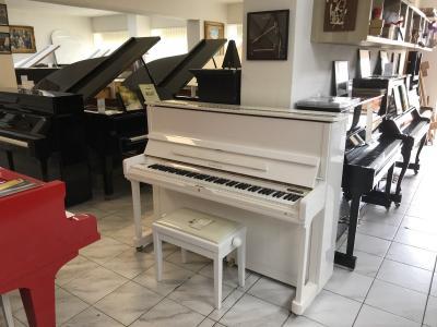 Krásné bílé pianino Samick