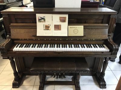 Pianino Rippen model Largo včetně stylové židle.