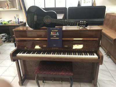 Německé pianino A. Grand + klasik kytara a noty.