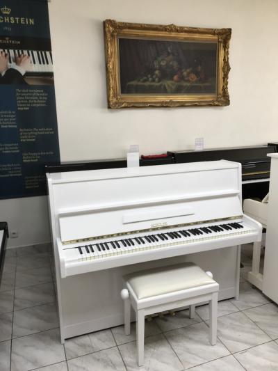 Bílé pianino Scholze-Petrof