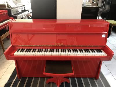 Červené pianino Petrof